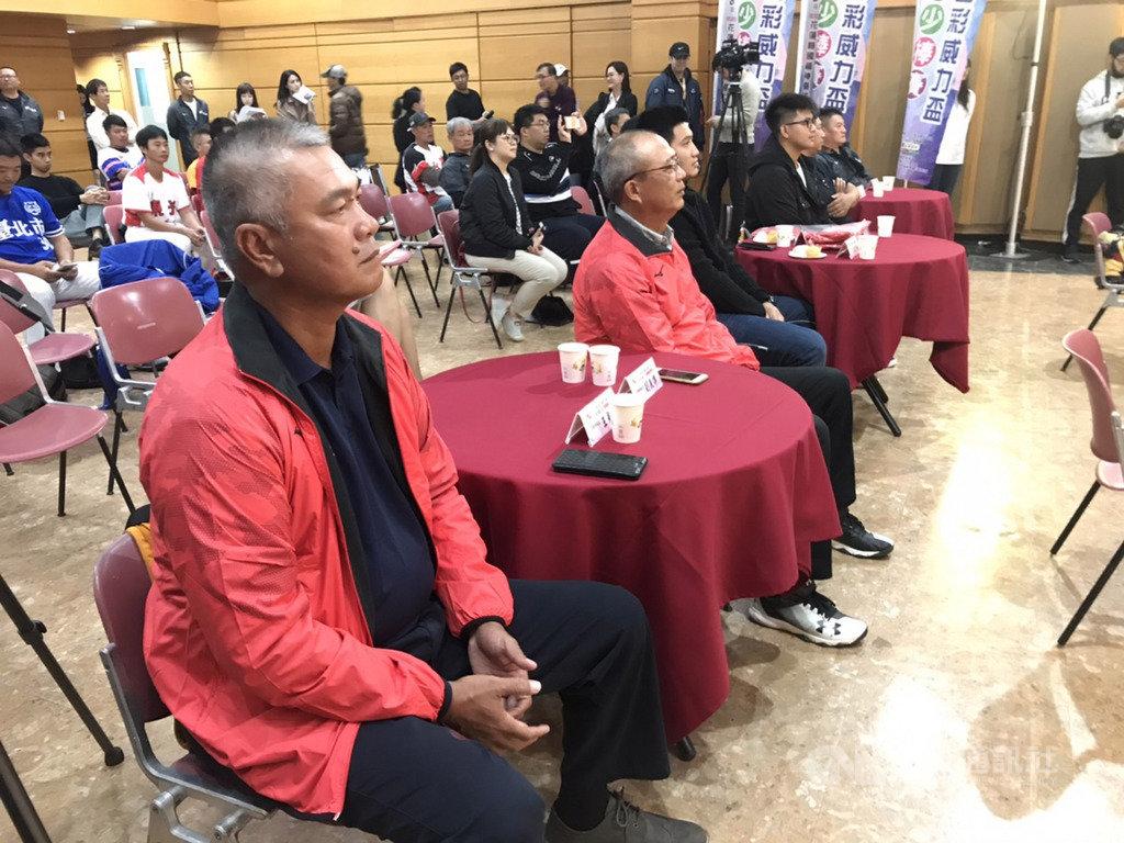 中職中信兄弟隊王威晨在世界12強棒球賽表現亮眼,王威晨爸爸、前兄弟象球星「萬人迷」王光輝(左1)看在眼中感觸多,分享一路看著王威晨打球的3個感動時刻,也希望他把身體健康放首位。中央社記者謝靜雯攝 108年11月20日