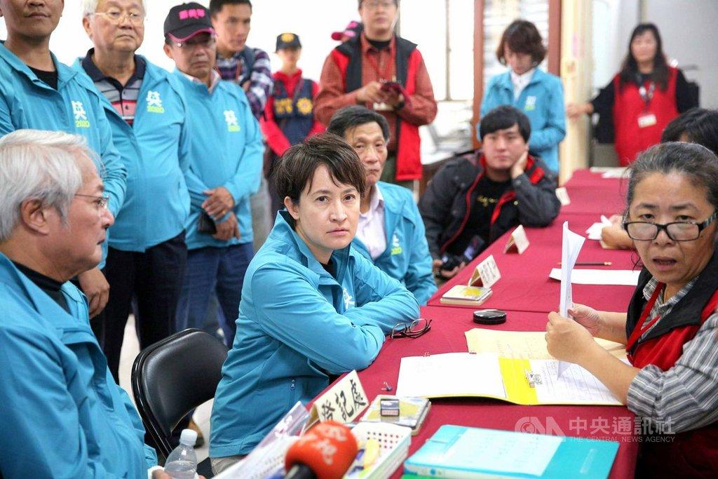 民進黨立委蕭美琴(前左2)20日在黨工團隊、婦女志工陪同下,前往選委會登記參選,力拚連任。中央社記者張祈攝 108年11月20日