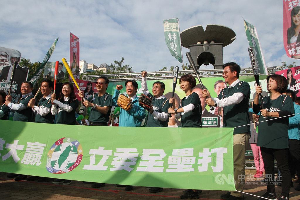 民進黨副總統參選人賴清德(前右5)、台南市長黃偉哲(前右4)20日上午陪同6名黨籍立委參選人辦理登記前,拿著棒球手套與球棒等道具,象徵希望打出6席全上的全壘打。中央社記者楊思瑞攝  108年11月20日