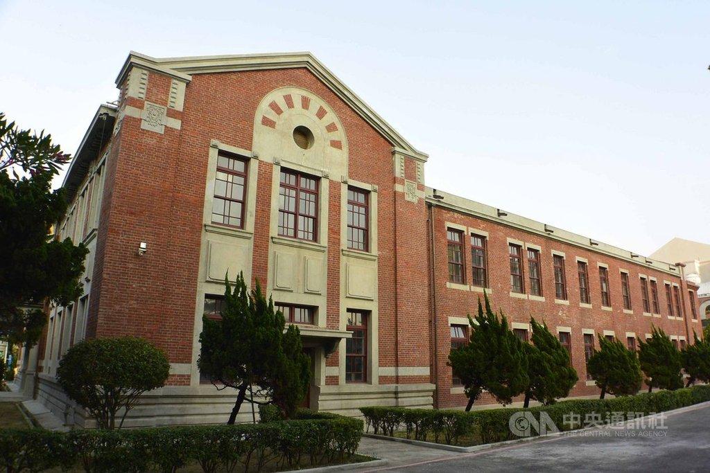 台南市長榮女中校園內創建於公元1923年的市定古蹟紅樓,曾因天災及白蟻危害導致屋頂塌陷,經過約3年時間修復,重現當年風華。(長榮女中提供)中央社記者楊思瑞台南傳真 108年11月20日