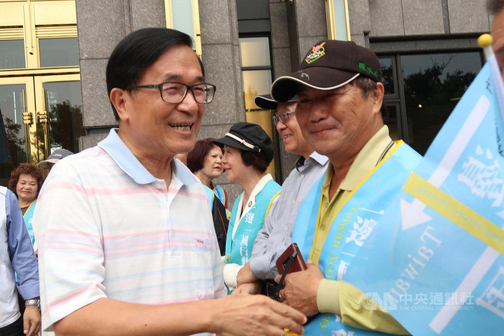 前總統陳水扁(左)20日簽署同意列一邊一國行動黨的不分區立委參選人,並在寓所大樓外和志工及支持者見面,與他們握手致意,鼓勵大家一起努力。中央社記者王淑芬攝 108年11月20日