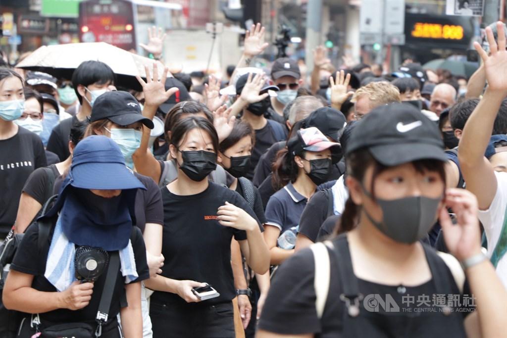 香港反送中示威者不理會港府祭出禁蒙面法,10月5日遊行時依舊戴上口罩。(中央社檔案照片)