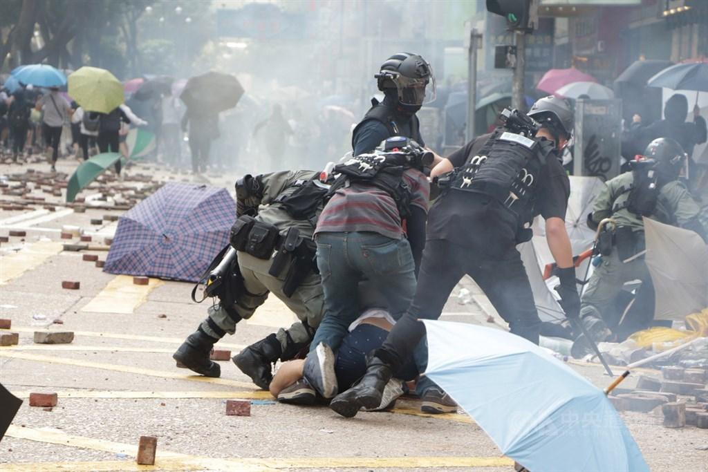 香港理工大學18日成為反送中主戰場,警方封鎖周圍500公尺,漆咸道和金馬倫道周圍爆發衝突。外圍有示威者想進入理大支援,防暴警察多次放催淚彈阻止。中央社記者張謙香港攝 108年11月18日