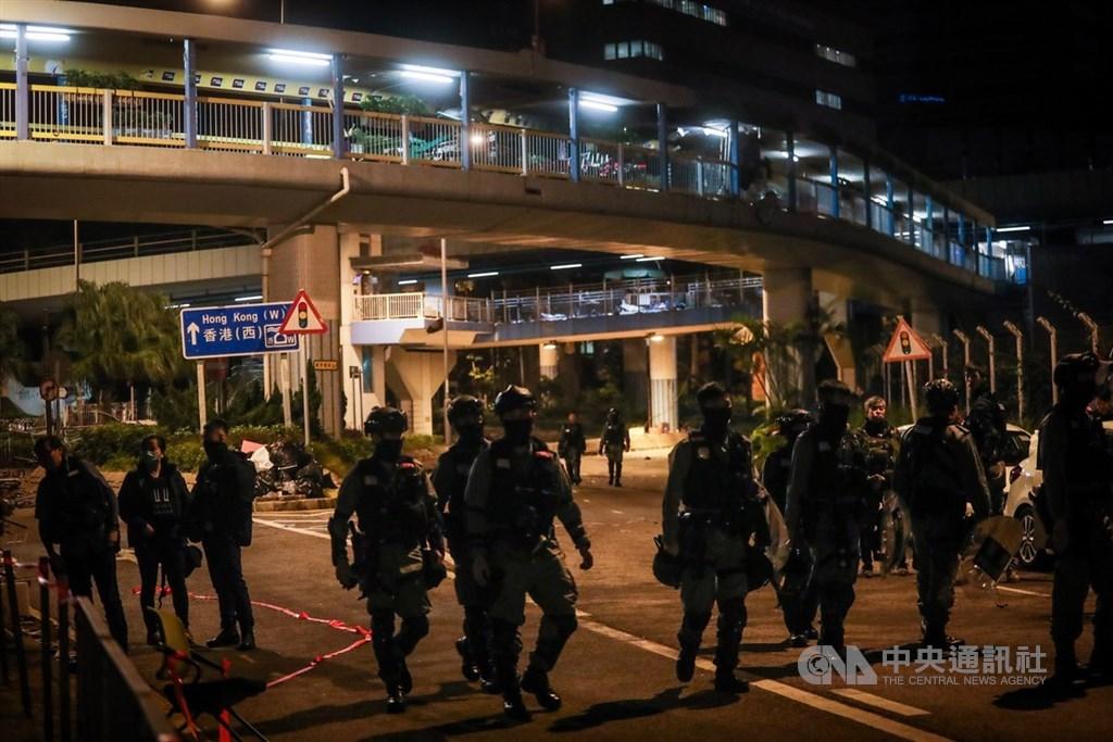近來反送中爆發激烈警民衝突,警方從11月18日起包圍香港理工大學,並在校區外設防線,20日凌晨部分警務人員卸下任務步出防線。中央社記者吳家昇攝 108年11月20日