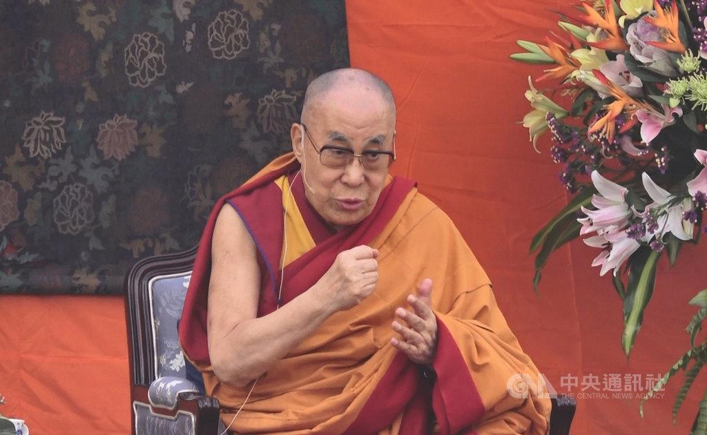 達賴喇嘛20日在新德里聖卡隆巴學校演說,並在答覆學生詢問流亡經歷時,談到首個接受中共「一國兩制」的西藏慘痛經歷。中央社記者康世人新德里攝 108年11月20日