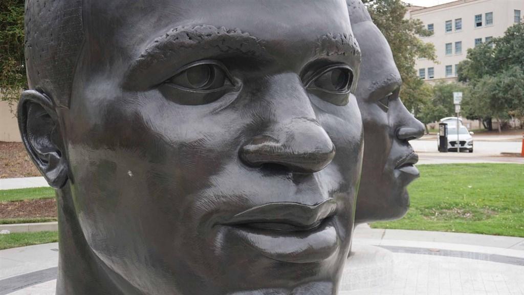 傑基羅賓遜(Jackie Robinson)出身加州巴沙迪納(Pasadena)的平凡街區,忍辱負重成為美國職棒大聯盟(MLB)史上第一名黑人球員。圖為巴沙迪納市政府廣場上的傑基羅賓遜塑像。中央社記者林宏翰洛杉磯攝 108月11月20日