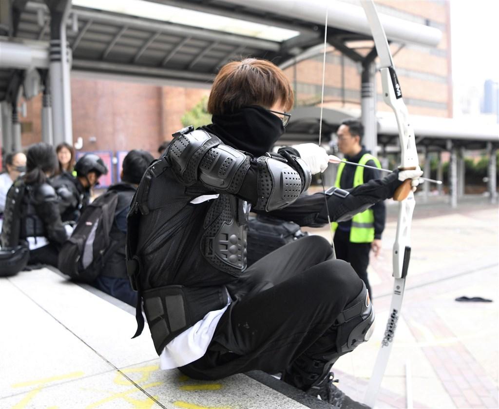 香港理工大學被「反送中」示威者占據事件仍未解決,理大校長滕錦光估計,校內仍有約100人。(共同社提供)