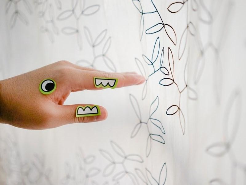 兒科醫師送貼紙其實也是診察的一部分,透過觀察孩子拿取貼紙的手勢、動作來了解孩子發育狀況。(示意圖/圖取自Unsplash圖庫)