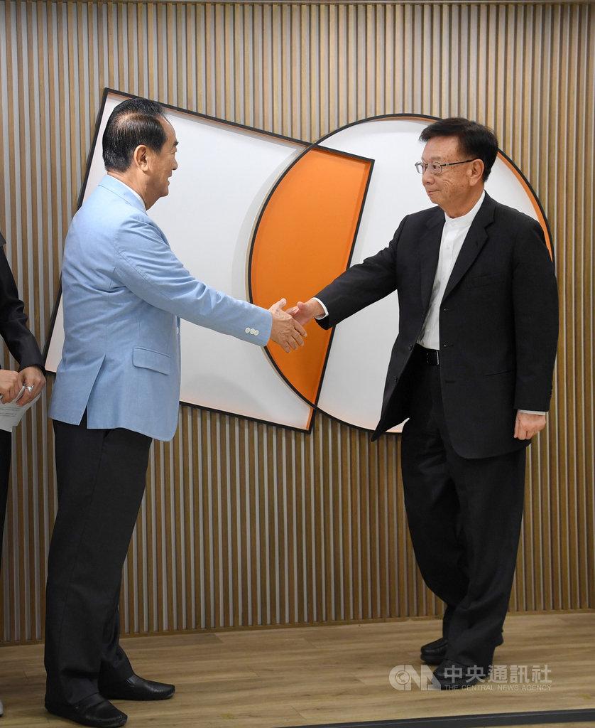親民黨主席宋楚瑜(左)20日公布不分區立委名單,聯電榮譽副董事長宣明智(右)列第3,兩人握手致意。中央社記者王飛華攝 108年11月20日