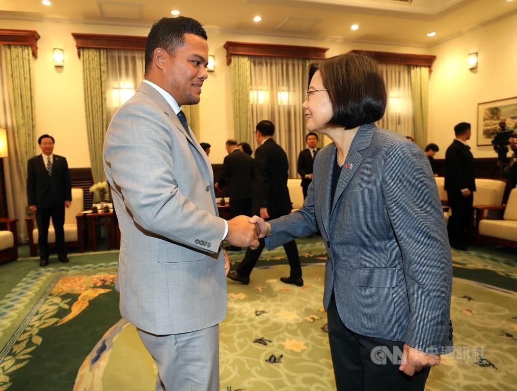 總統蔡英文(右)20日在總統府接見吐瓦魯國外交部長柯飛(Simon Kofe)(左),首先恭喜吐瓦魯今年9月順利選出新國會,組成新政府,彰顯出民主價值。中央社記者張皓安攝 108年11月20日