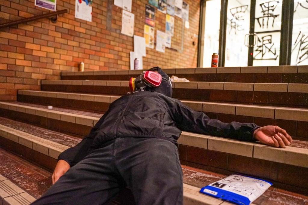 港警21日持續包圍香港理工大學,有人說,校內很多留守者情緒崩潰,表示自己能撐多久是多久。(眾新聞提供)