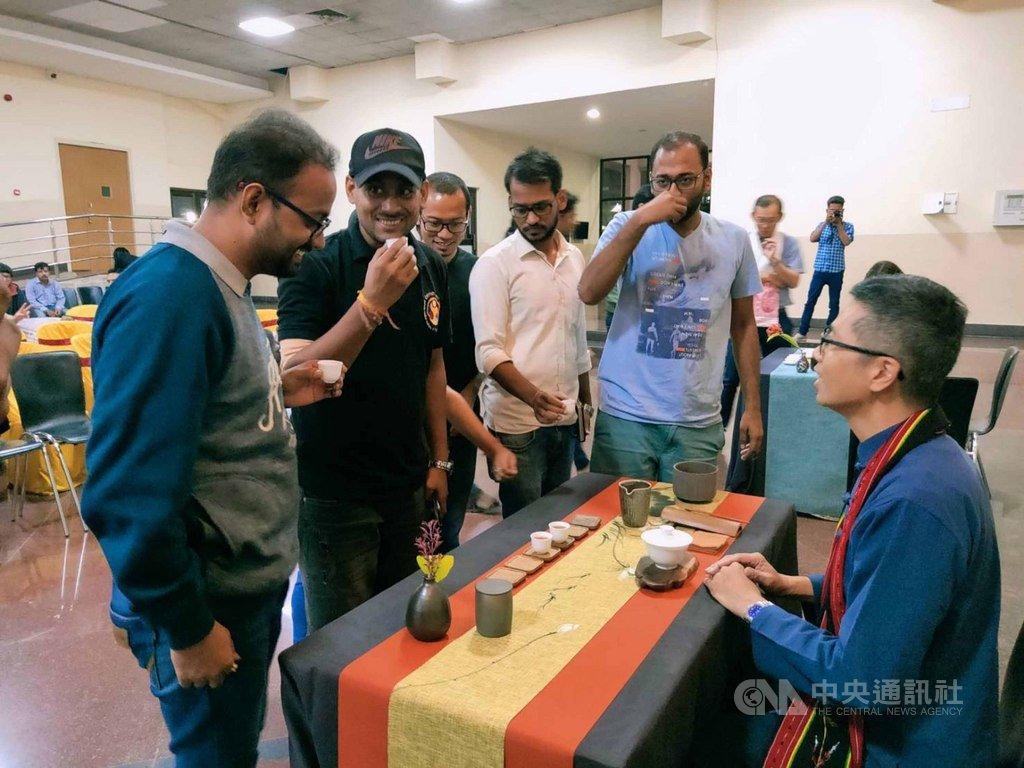 台灣茶產學代表團訪問阿薩姆省的印度理工學院古瓦哈蒂分校時,台灣茶產業者分享茶文化。(駐印度代表處教育組提供)中央社記者康世人新德里傳真  108年11月21日