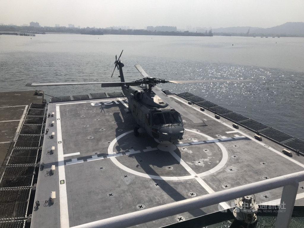 海軍S-70C反潛直升機(圖)20日在左營軍港完成首次落艦海巡署高雄艦任務。海巡署21日表示,這次任務驗證海巡及海軍聯合搜救機制,大幅提升海上救難能量。(海巡署提供)中央社記者程啟峰高雄傳真 108年11月21日