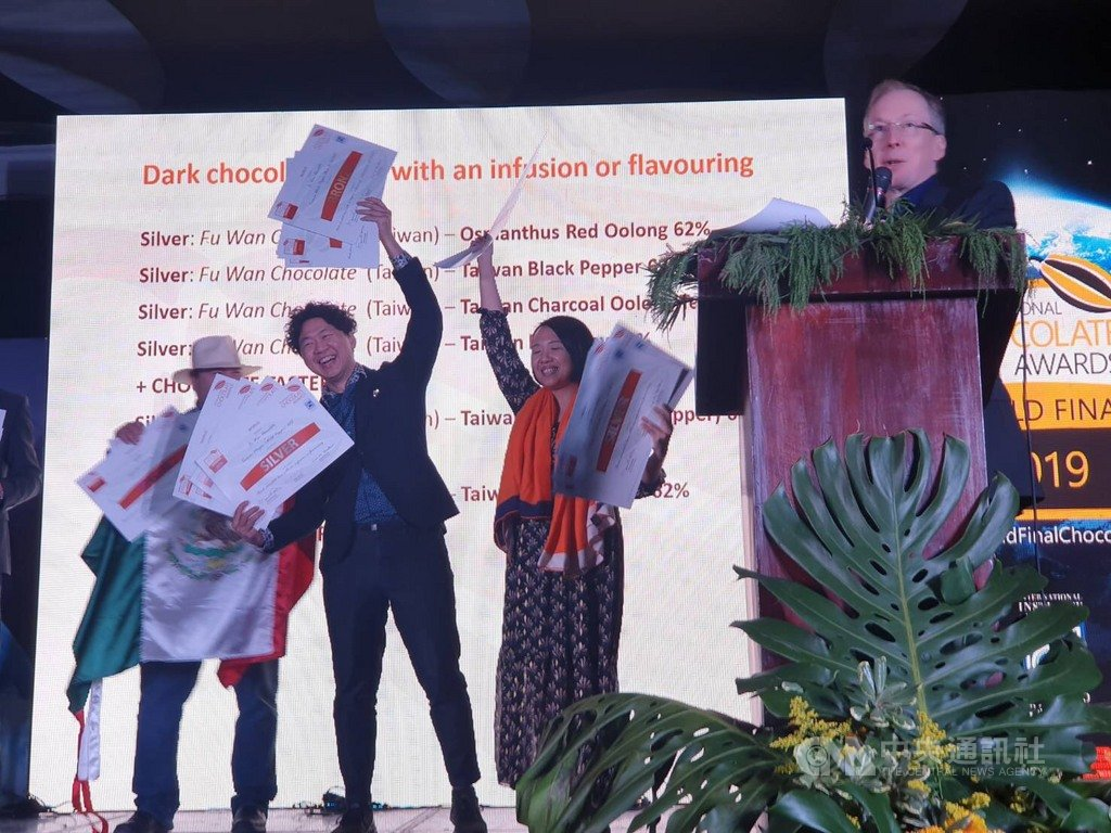 屏東福灣巧克力以「台灣一號屏東黑巧克力62%」在世界巧克力大賽全球決賽中,奪下「世界最佳黑巧克力」獎,福灣巧克力創辦人許華仁(左2)表示,意義非凡。(業者提供)中央社記者張雄風傳真 108年11月21日