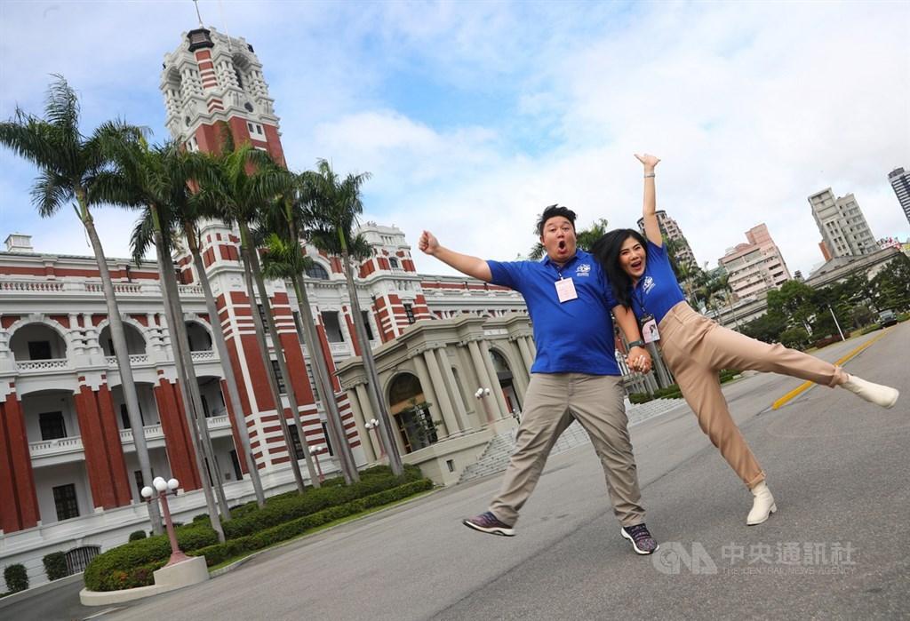 來自泰國的旅遊部落客Varaporn Rasmeekajorndej(右)、Kanisorn Pringthongfoo(左),參加由中華文化總會、交通部觀光局舉辦全球首創「來去總統府住一晚」體驗活動。中央社記者王騰毅攝 108年11月21日