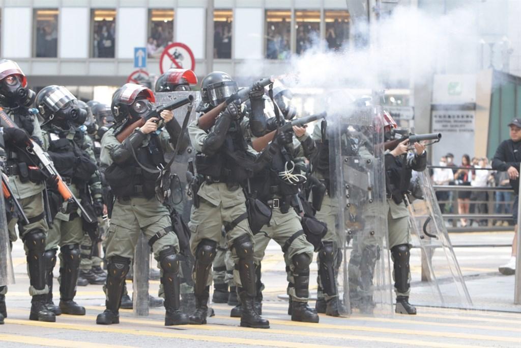 英國自由撰稿記者比瑞爾19日撰稿批評,部分英國籍警察在香港反送中示威運動當中,替中國做了卑鄙的工作。圖為港警11日下午在畢打街釋放催淚彈。(中央社檔案照片)