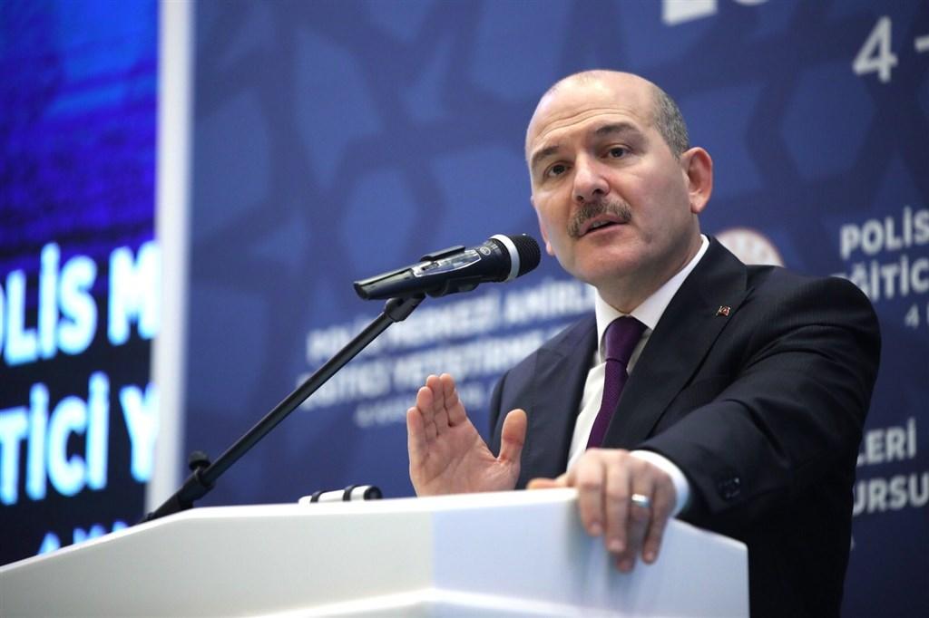 土耳其內政部長索魯2日表示,將把俘擄的伊斯蘭國聖戰士送回母國。據報導,過去8天已遣送15名外籍戰士,還有944名外籍恐怖主義戰士在遣返中心內等待被遣返。(圖取自twitter.com/suleymansoylu)