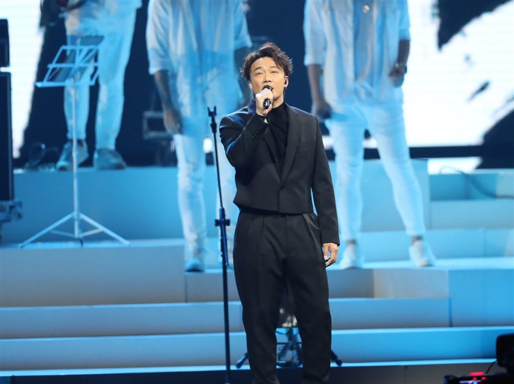 香港歌手陳奕迅(前)21日宣布考量演唱會於兩週後舉行,但難以保證演出期間觀眾安全與交通配套,決定取消紅磡體育館全部25場演唱會,並安排退票。(中央社檔案照片)