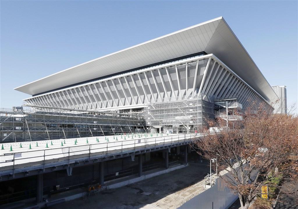 2020年東京奧運暨帕運籌辦單位21日為耗資5.23億美元(台幣逾160億元)興建的游泳、跳水及水上芭蕾場館揭幕,可容納1萬5000名觀眾。(共同社提供)