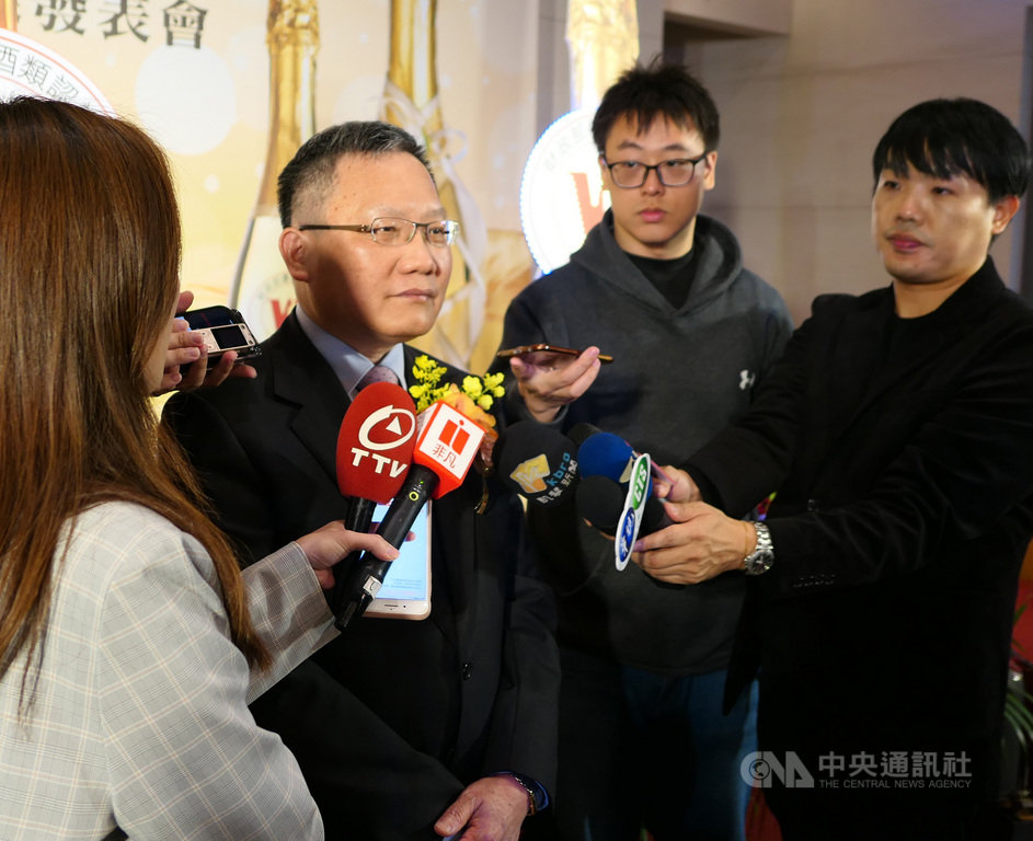 財政部長蘇建榮(右3)今天受訪表示,9項汽車零組件關稅降稅未來何時完成修法,就何時開始適用,不會回溯。中央社記者吳佳蓉攝 108年11月21日