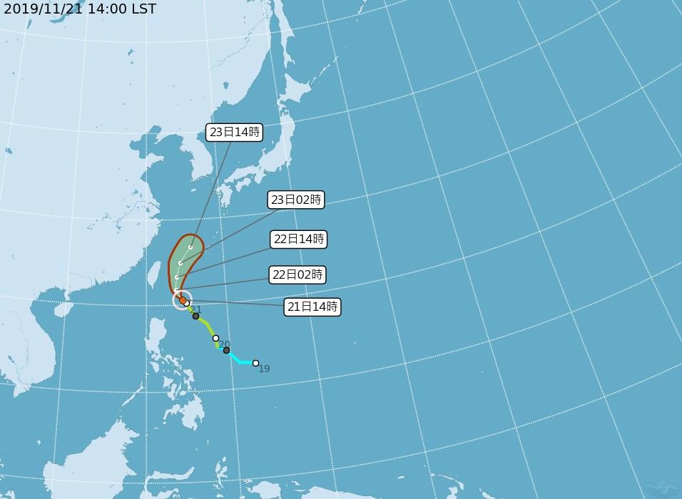 中央氣象局21日傍晚表示,輕度颱風鳳凰路徑較原先偏東,發布海上警報機率愈來愈低。(圖取自中央氣象局網頁cwb.gov.tw)