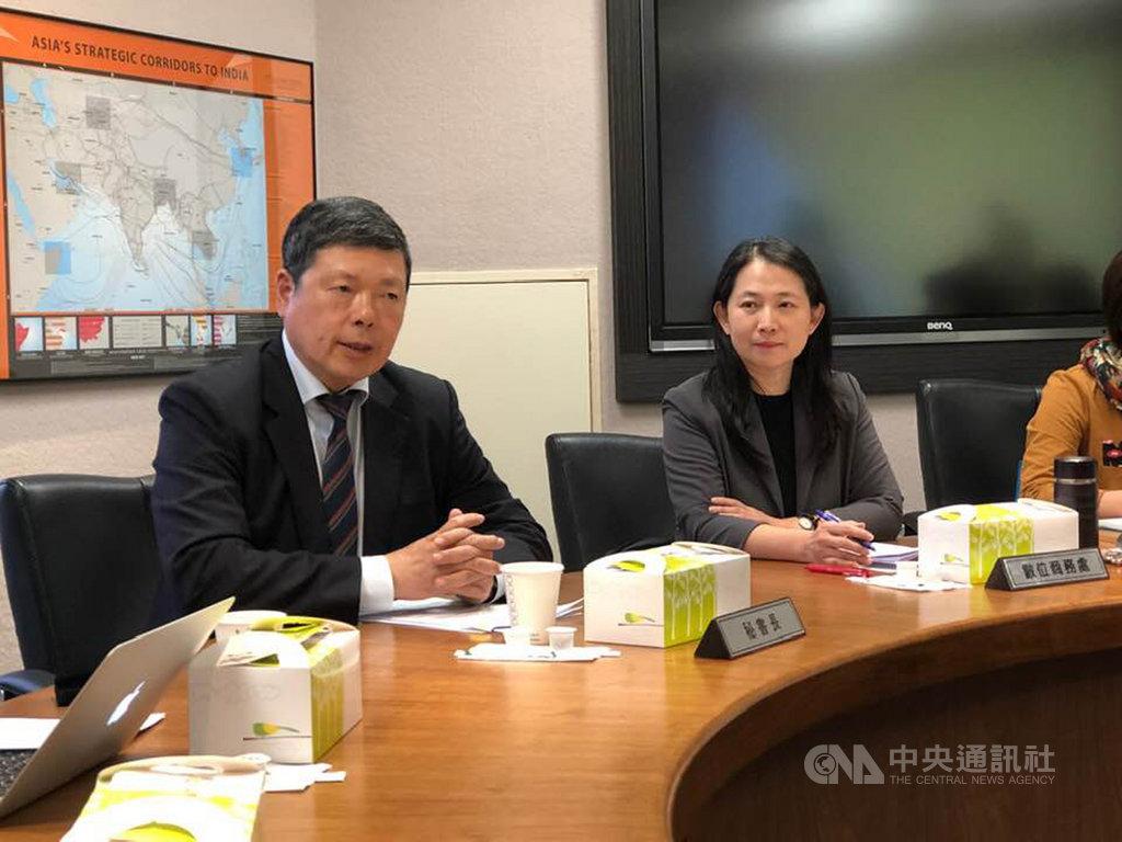 對外貿易發展協會秘書長葉明水(左)指出,台灣經貿網今年創造的商機已達13億美元,累積超過7萬家的企業會員,每年瀏覽人次達3250萬,買家來自世界各國。中央社記者吳柏緯攝 108年11月22日