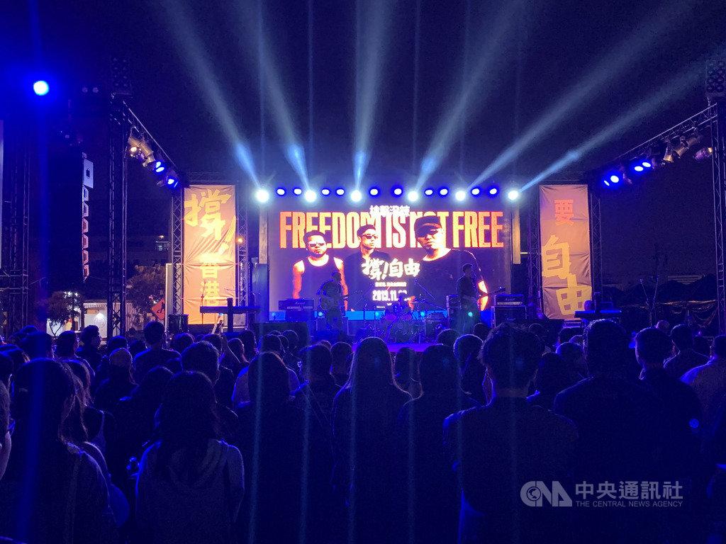 「撐香港要自由」演唱會台南場22日晚間在北區花園夜市登場,多組藝人輪番上台演唱,吸引大批民眾響應,現場氣氛高昂。中央社記者張榮祥台南攝 108年11月22日