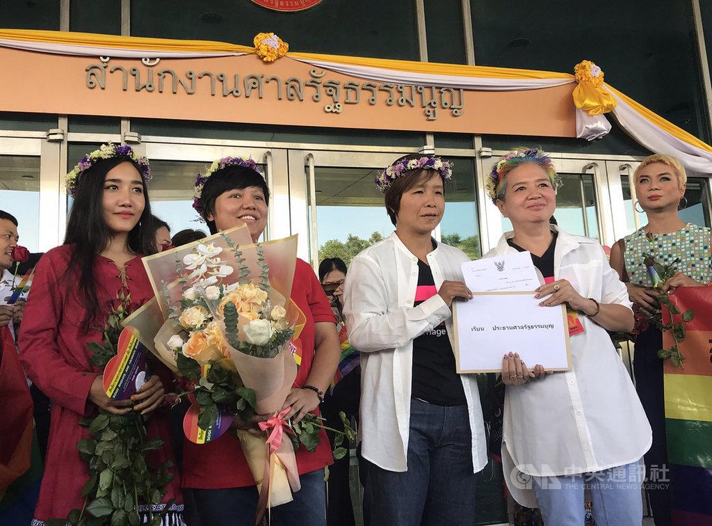 泰國女性同志伴侶彭蘇(Permsup Sae-Ung)(前排右2)和蓬佩(Poungpet Hemkum)(前排右1)22日向憲法法院提出請願,主張現行法律一男一女才能結婚的規定違憲。中央社記者呂欣憓曼谷攝 108年11月22日