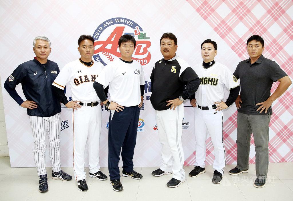 2019年亞洲冬季棒球聯盟23日起開打,韓職聯隊這次以尚武隊為主體,由總教練朴治王(右2)領軍。朴治王22日表示,一直很期待能率球隊來台灣打球,也希望台灣能與韓國一起前進2020東京奧運。(中華職棒提供)中央社記者楊啟芳傳真 108年11月22日