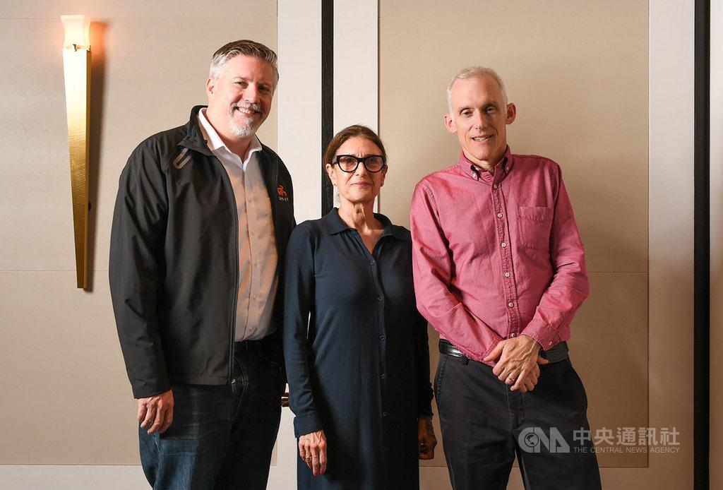 電影「雙子殺手」視覺特效指導比爾威斯坦霍佛(Bill Westenhofer)(左起)、選角導演艾薇考夫曼(Avy Kaufman)、剪輯指導提姆史奎爾斯(Tim Squyres)22日在台北出席2019金馬影展媒體茶敘並合影。(金馬執委會提供)中央社 108年11月22日