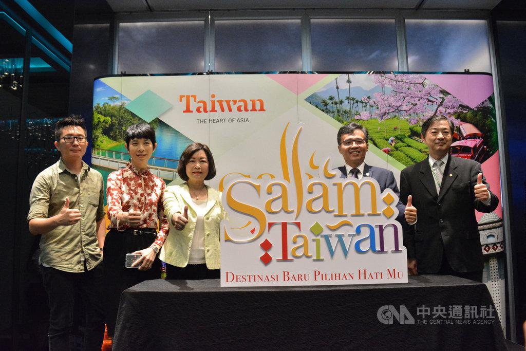 為了吸引更多馬來西亞穆斯林到台灣旅遊,台灣觀光局吉隆坡辦事處推出2.0版的「Salam Taiwan」標誌,並邀請駐馬代表洪慧珠(左3)見證與馬國業者合作的「Salam Taiwan 2020」活動正式啟動。(交通部觀光局駐吉隆坡辦事處提供)中央社記者郭朝河吉隆坡傳真 108年11月22日