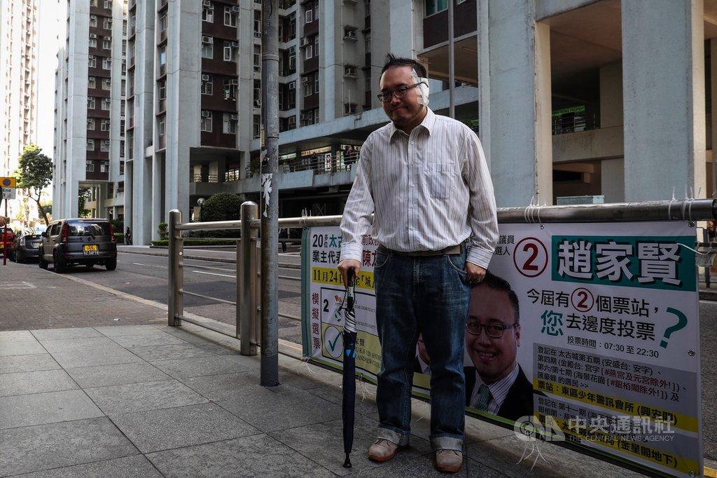 近來香港反送中爆發激烈警民衝突,香港民主派議員趙家賢(圖)3日在太古城調停持刀傷人事件時遭男子咬耳,造成左耳耳廓永久壞死,21日才出院。他22日上街拜票時表示,左耳部分因壞死而接回失敗,但若事件重演,仍會做一樣的事。中央社記者吳家昇攝 108年11月22日