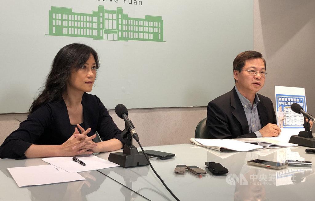 政務委員龔明鑫(右)與行政院發言人Kolas 於22日舉行記者會時表示,為打造台灣成為亞洲高階製造與研發中心,預計2021年可釋出逾600公頃的土地。中央社記者侯姿瑩攝 108年11月22日