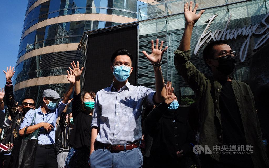 香港中環22日午間有「和你lunch」集會,示威者舉手比出「五」,代表反送中的「五大訴求」。中央社記者沈朋達香港攝 108年11月22日