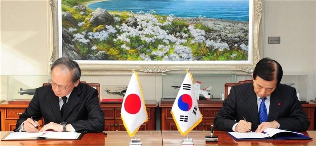 韓日軍事情報機密保護協定原可能於23日零時起失效,但南韓22日決定延長有效期限,但隨時可終止協定。圖為2016年11月雙方簽訂軍事情報機密保護協定。(韓聯社提供)