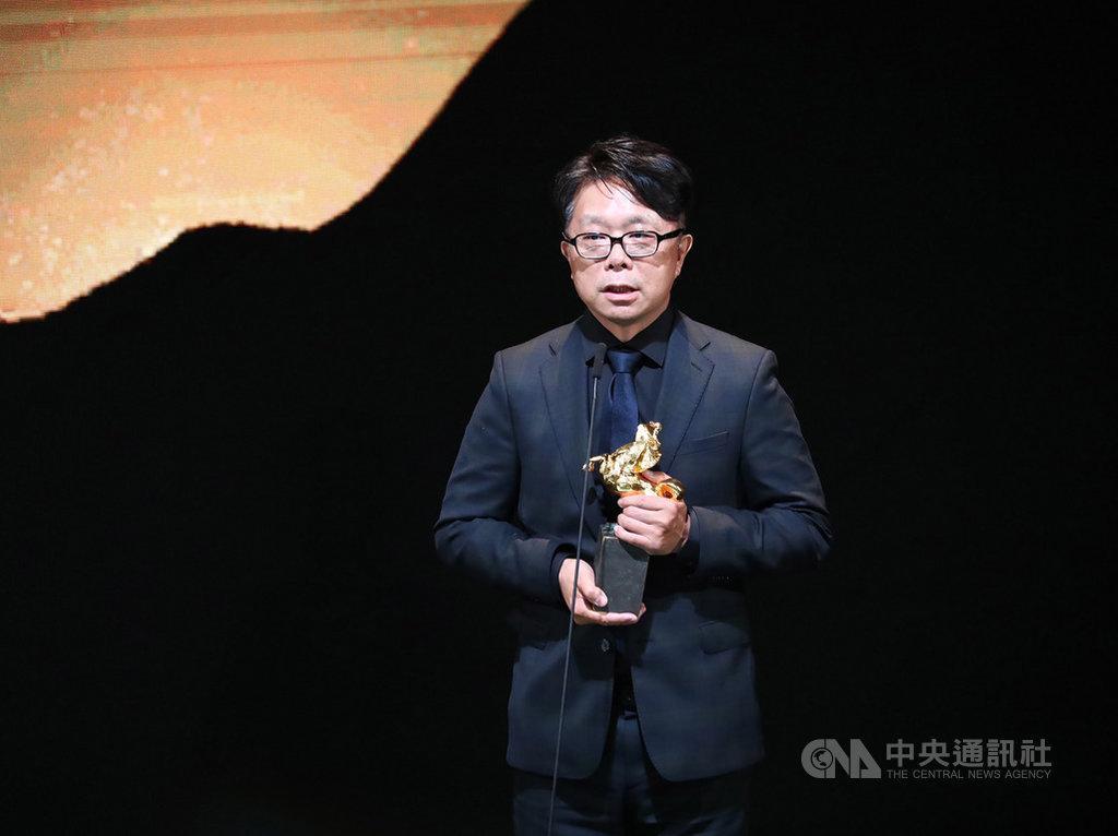第56屆金馬獎23日晚間在台北國父紀念館舉行頒獎典禮,最佳美術設計獎由美術指導王誌成以電影「返校」奪得。中央社記者王騰毅攝 108年11月23日