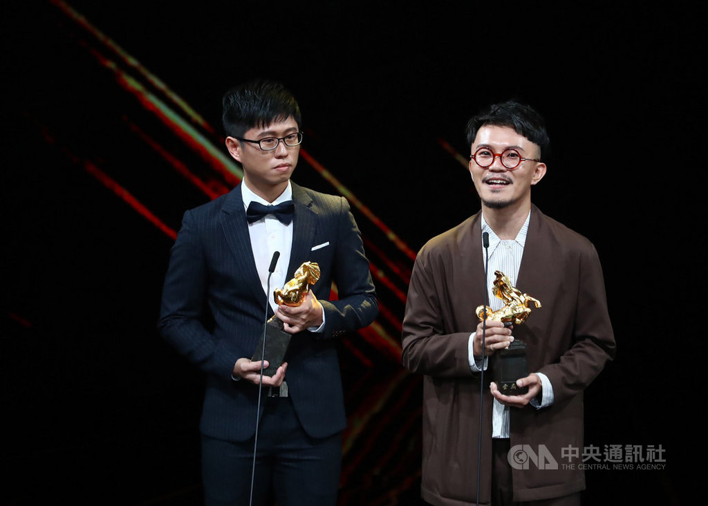 第56屆金馬獎23日晚間在國父紀念館舉行頒獎典禮,再現影像製作有限公司、郭憲聰(右)以電影「返校」榮獲最佳視覺效果獎。中央社記者王騰毅攝  108年11月23日