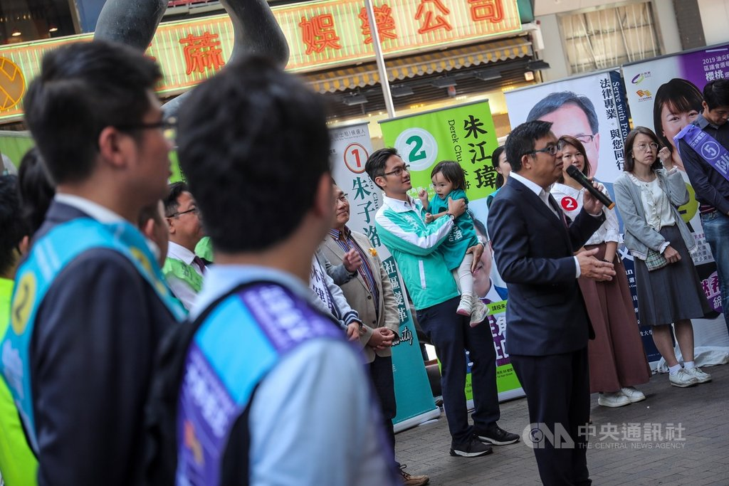 4年一屆的香港區議會選舉24日即將登場,23日油尖旺區多名區議員候選人在街頭舉辦聯合催票記者會,輪番上陣闡述政見理念。中央社記者吳家昇攝 108年11月23日