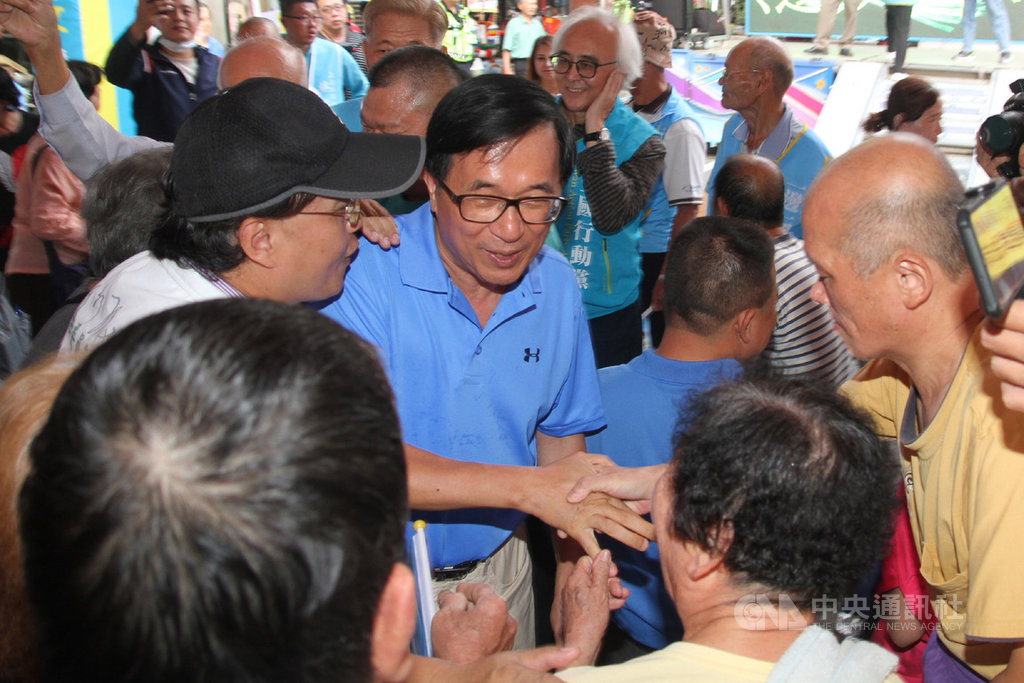 前總統陳水扁(中)23日下午到台南市出席一邊一國行動黨立委參選人林志文競選總部成立活動,與現場民眾握手寒暄。中央社記者楊思瑞攝  108年11月23日