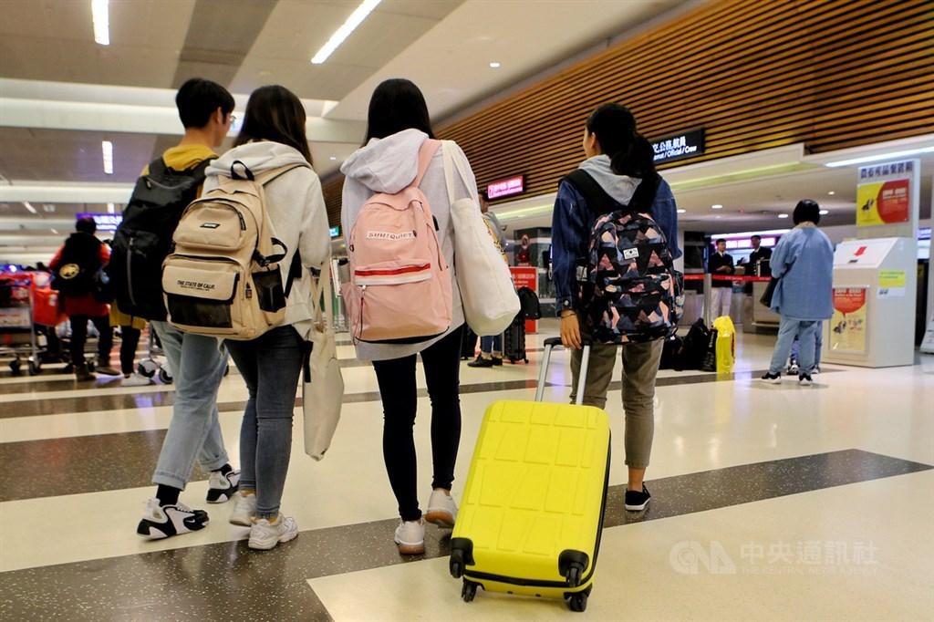 香港反送中抗議事件愈演愈烈,部分大學校園也淪為示威者與警方的戰場,有在港台生自行購票,13日晚間順利搭機返台。中央社記者吳睿騏桃園機場攝 108年11月13日
