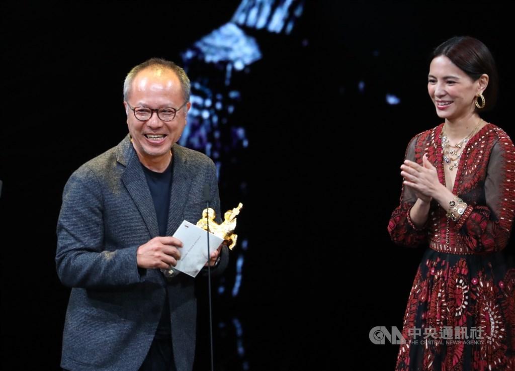 第56屆金馬獎23日晚間在台北國父紀念館舉行頒獎典禮,最佳導演獎由導演鍾孟宏(左)以電影「陽光普照」奪得。中央社記者王騰毅攝 108年11月23日