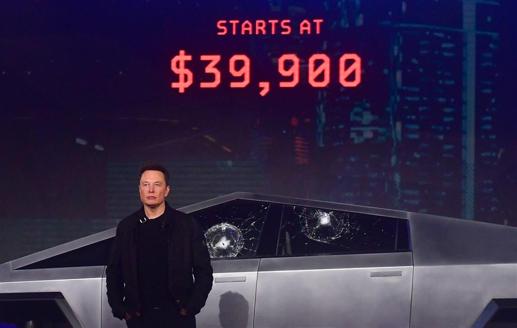 特斯拉21日大張旗鼓發表新款電動皮卡車Cybertruck,車窗防撞玻璃卻2度在試砸時嚴重裂開,讓執行長馬斯克(圖)慌亂度過發表會。(法新社提供)