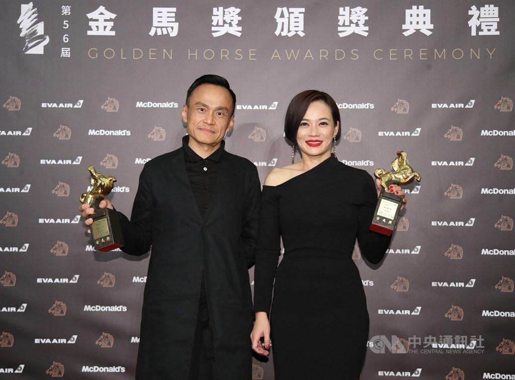 第56屆金馬獎23日在台北國父紀念館舉行頒獎典禮,最佳女主角由「熱帶雨」的楊雁雁(右)獲獎;最佳男主角由「陽光普照」的陳以文(左)獲獎,兩人後台開心留影。中央社記者張新偉攝 108年11月23日