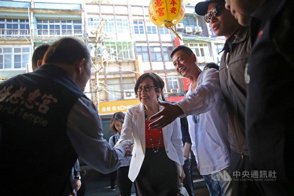 親民黨副總統參選人余湘(中),24日下午赴板橋慈惠宮參拜,下車時與廟方人員握手致意。中央社記者游凱翔攝 108年11月24日