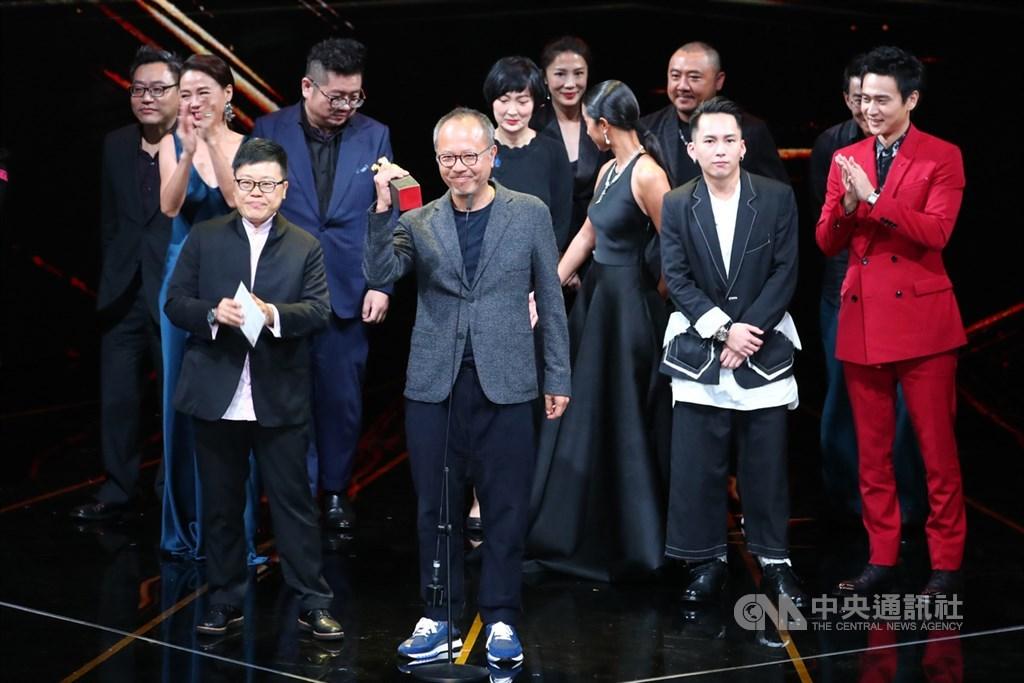 第56屆金馬獎頒獎典禮23日在台北舉行,電影「陽光普照」拿下最佳劇情長片、最佳導演、最佳男主角、最佳男配角與最佳剪輯共5獎項,成為本屆大贏家,導演鍾孟宏(前中)率團隊開心合影。中央社記者張新偉攝 108年11月23日