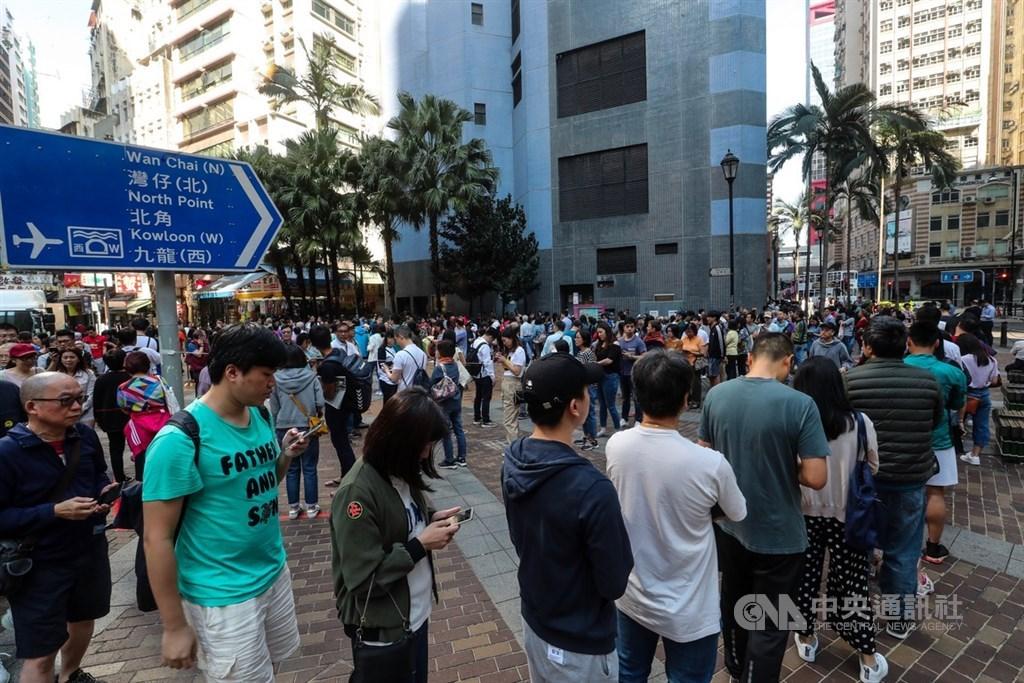 香港近日抗爭情勢逐漸趨緩,24日區議會選舉如期舉行,上午各個投票點湧入大量人潮,上環一處投票站人潮將廣場塞滿。中央社記者吳家昇攝 108年11月24日