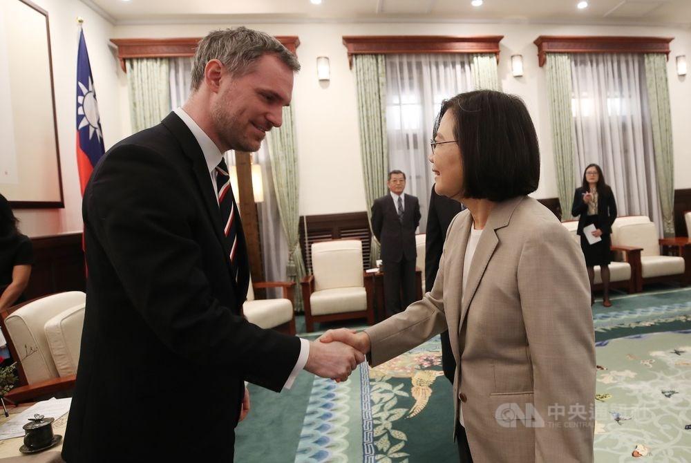 總統蔡英文(右)3月30日在總統府接見捷克布拉格市長賀瑞普(左),感謝他對台灣的支持。(中央社檔案照片)