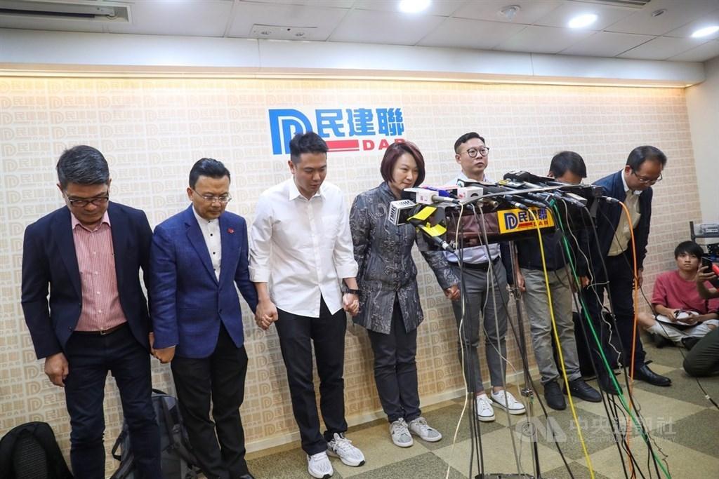香港泛民主派在地方區議會選舉中大獲全勝,親中建制派則大敗,這種結果等同向中國「投下不信任票」,勢必衝擊港府的正當性和管治威信,甚至動搖「一國兩制」的基礎。民建聯主席李慧琼(中)偕黨員致歉。中央社記者吳家昇攝 108年11月25日
