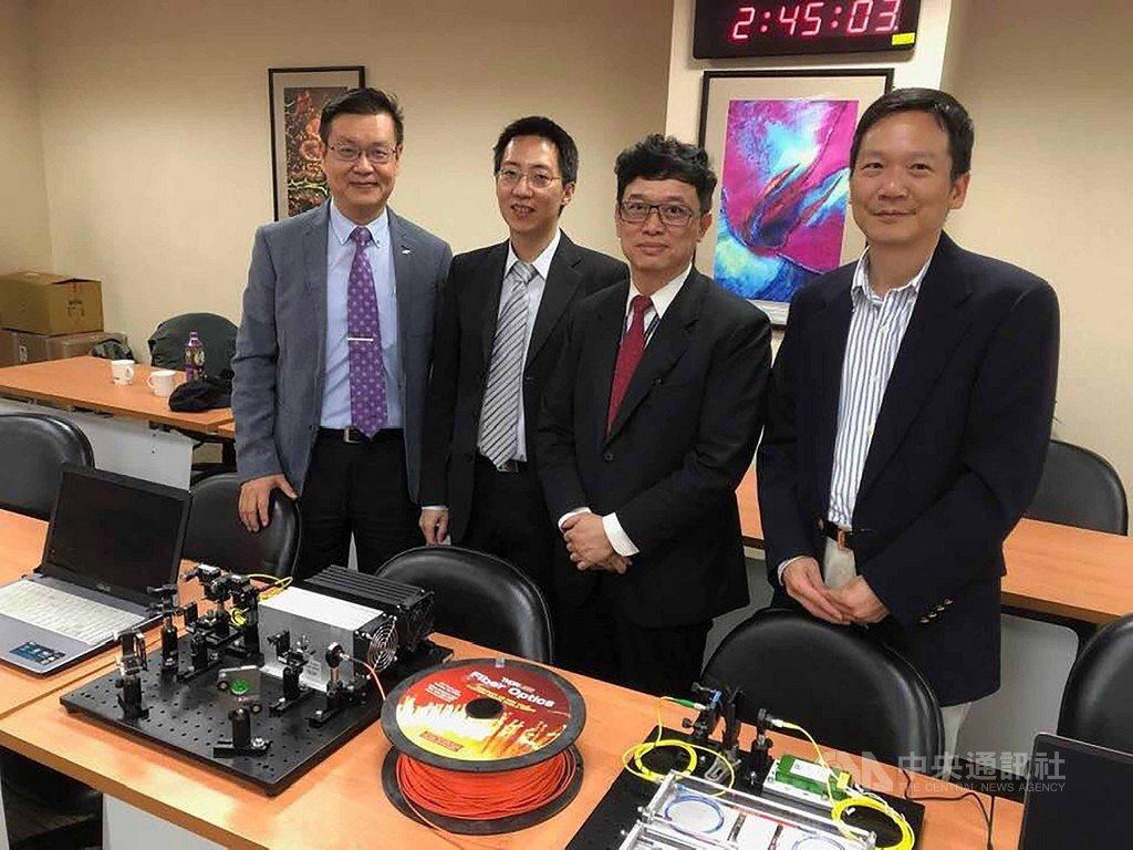 清華大學前瞻量子科技研究中心教授牟中瑜(右1)、副教授褚志崧(左2)率領的團隊,利用組成光的最小粒子,光子,傳輸加密的密碼並成功完成台灣第一次的量子加密通訊測試。中央社記者吳柏緯攝 108年11月26日