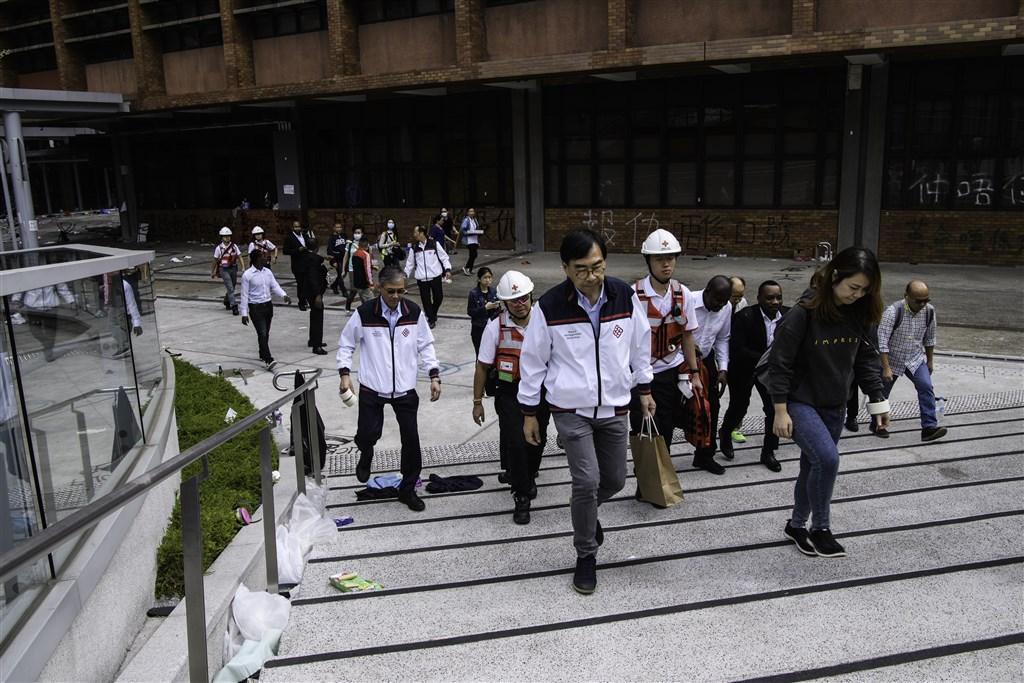 香港理工大學被圍第10天,校方26日派員入校搜尋示威者。(法新社提供)
